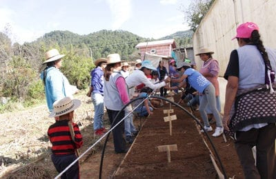 Las familias que se encuentran en la parte alta de la cuenca, construyen bajo la guía del equipo de Procuenca las ecotecnias que mejoran su calidad de vida y protegen el medio ambiente.